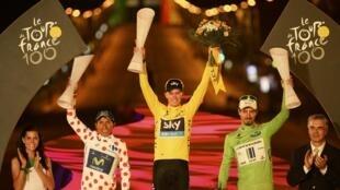 Froome, Quintana y Joaquim Rodríguez en el primer podio nocturno del Tour de Francia en los Campos Elíseos de París este 21 de julio de 2013