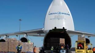 运送中国制造口罩的货机抵达法国机场资料图片