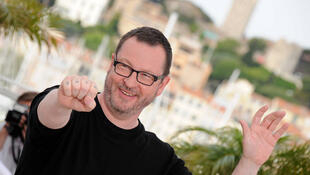 Lars Von Trier posa para fotos em Cannes.