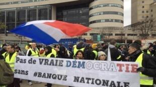 Протестующие прошли маршем от здания министерства финансов до площади Бастилии