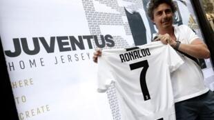 Daya daga cikin magoya bayan kungiyar Juventus da suka yi rububin sayen rigar sabon dan wasansu Cristiano Ronaldo