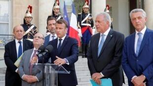 Ngoại trưởng Pháp Le Drian (T) và tổng thống Macron (G) cùng một số bộ trưởng Nội Vụ và Ngoại Giao của các nước Liên Hiệp Châu Âu đọc thông cáo chung tại điện Elysée, Paris, ngày 22/07/2019.
