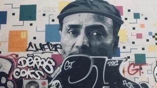 Ali, vendeur de journaux à la criée, est une vedette dans le quartier de Saint-Germain des prés à Paris: on trouve son portrait même sur les murs.
