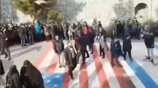 Iran: contrairement à d'ordinaire, les drapeaux américain et israélien peints sur la chaussée à Téhéran ne sont pas piétinés par les manifestants, le 12 janvier (image extraite des réseaux sociaux): leur colère vise leur gouvernement.