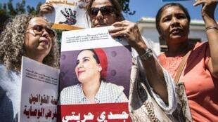 Des femmes manifestent avec le portrait d'Hajar Raissouni, journaliste marocaine arrêtée pour «avortement», le 9 septembre 2019 dans la capitale Rabat.
