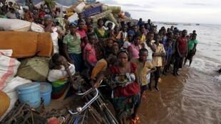 Burundian refugees gather on the shores of Lake Tanganyika in Kagunga village, Kigoma, in western Tanzania on May 17, 2015