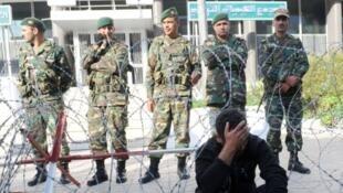 Le siège de la Compagnie des phosphates de Gafsa (Tunisie), sous surveillance. Photo datée de novembre 2011.