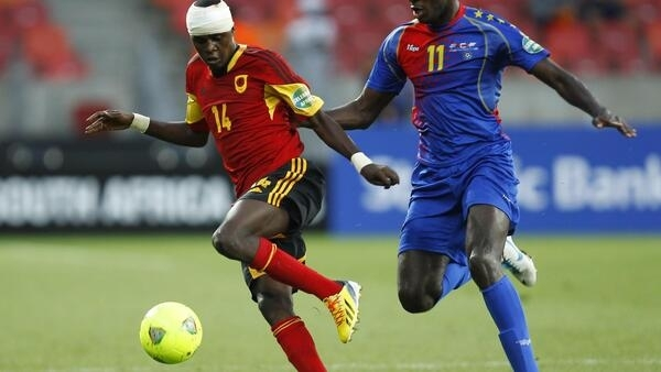 Angola's Amaro (L) dribbles the ball away from Cape Varde's Julio Tavares (R), 27 January