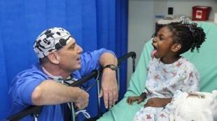 Un médecin et sa jeune patiente.