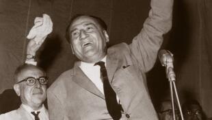 Víctor Raúl Haya de la Torre, político peruano, quien pasó cinco años en asilo dentro de la embajada colombiana en Lima, entre 1949 y 1954.