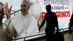 Une affiche souhaite la bienvenue au pape François à l'aéroport international de Tocumen au Panama, le 21 janvier 2019.
