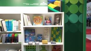 O estande do Brasil no Salão do Livro de Paris, de 30m2, tem uma livraria e um espaço para encontros entre os autores brasileiros e o público.