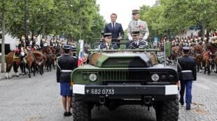 O presidente Emmanuel Macron é vaiado enquanto passa as tropas em revista no desfile do 14 de julho