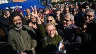 Mucella Yapici célèbre l'acquittement de l'homme d'affaires et militant des droits de l'Homme Osman Kavala devant le tribunal de Silivri, près d'Istanbul, le 18 février 2020.