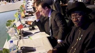 French President François Hollande with Nigeria's Goodluck Jonathan in Abuja