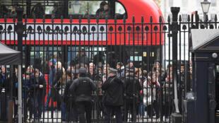 Cảnh sát Anh tăng cường an ninh trước phủ thủ tướng số 10, Downing Street, Luân Đôn, ngày 06/12/2017.