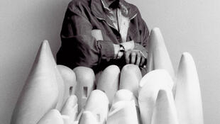 """Louise Bourgeois in 1990  with her marble piece""""Eye to Eye"""" (1970)"""