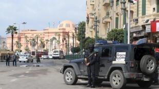 Forças de segurança na praça Tahrir durante as comemorações do aniversário da primavera árabe.