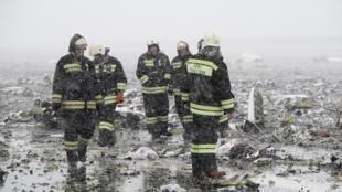 Сотрудники МЧС России на месте крушения самолета авиакомпании Flydubai.