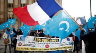 Người Duy Ngô Nhĩ và các nhà hoạt động biểu tình trước tháp Eiffel, Paris ngày 25/06/2019 phản đối Trung Quốc vi phạm nhân quyền.