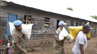 Le continent sud-africain de la Monusco offre des vivres à une école pour les enfants démunis à Ngangi, en RDC.