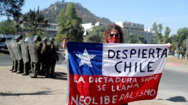 """""""Acorda Chile; a ditadura continua e se chama neoliberalismo"""": manifestações continuam no Chile neste final de 2019."""