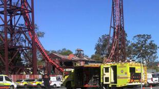 Socorros no local do acidente que deixou quatro mortos em um parque temático na Austrália.
