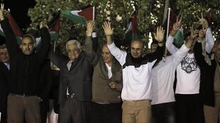 Palestinian President Mahmoud Abbas (2nd L) welcomes Palestinian prisoners released from Israeli prisons in the West Bank city of Ramallah early 30 October 2013