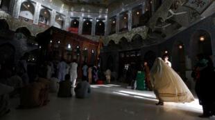 Des fidèles dans l'entrée du tombeau du saint soufi Syed Usman Marwandi, également connu sous le nom de Lal Shahbaz Qalandar, dans la ville de Sehwan, au sud du Pakistan, en septembre 2013.