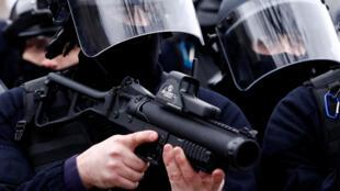 Cảnh sát chống bạo động Pháp sử dụng súng bắn đạn cao su tự vệ LBD 40. Ảnh chụp tại Đại lộ Champs Elysée ngày 12/01/2019.