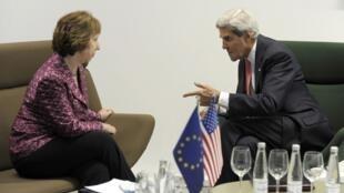 A chefe da diplomacia europeia, Catherine Ashton, conversa com o secretário de Estado norte-americano John Kerry em Vilnius, em 7 de setembro de 2013.