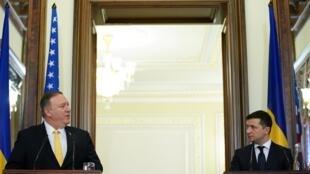 Ngoại trưởng Mỹ Mike Pompeo (T) và tổng thống Ukraina Volodymyr Zelensky trong buổi họp báo, tại Kiev, Ukraina, ngày 31/01/2020.