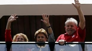 A presidente Dilma Rousseff entre o ex-presidente Lula e sua mulher Marisa, em São Bernardo do Campo, em 5/03/16