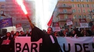 Адвокат на манифестации против пенсионной реформы. Ницца, 9 января 2020.