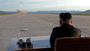 មេដឹកនាំកូរ៉េខាងជើង Kim Jong-un អង្គុយមើលការបាញ់សាកល្បងមីស៊ិល Hwasong-12 ថ្ងៃទី១៦ កញ្ញា ២០១៧