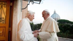 O papa Francisco visitou o papa emérito Bento 16 nesta segunda-feira, 23 de dezembro de 2013, para se preparar para o Natal.