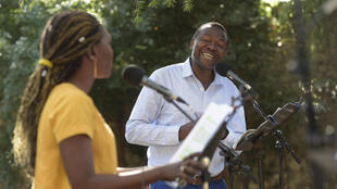 Aminata Abdoulaye et Israël Tshipamba dans «Le Décapsuleur» de Laetitia Ajanohun, « Ça va, ça va le monde ! » 2017, organisé par RFI.
