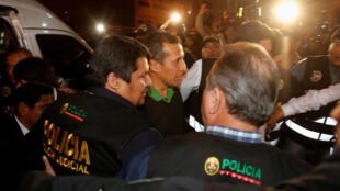 Ollanta Humala llega escoltado por la policía al Palacio de Justicia en Lima, 13 de julio de 2017.