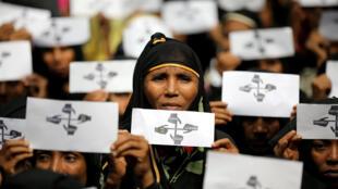 Des réfugiées Rohingyas manifestent au camp de Kutupalong, marquant l'anniversaire de leur exode à Cox's Bazar, au Bangladesh, le 25 août 2018.