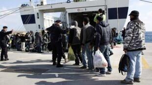 Os imigrantes clandestinos começaram a ser retirados da ilha italiana de Lampedusa, para outras regiões da Itália, na quinta-feira.