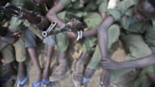 Des enfants soldats lors d'une cérémonie de désarmement, démobilisation et réintégration supervisée par l'Unicef, le 10 février 2015, dans l'Etat du Jonglei, au Soudan du Sud.