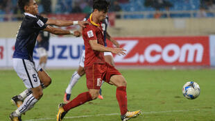 Công Phượng (áo đỏ), một thần tượng của bóng đá Việt Nam, nổi lên từ lò đào tạo trẻ Hoàng Anh Gia Lai, trong trận đội tuyển quốc gia Việt Nam đè bẹp Cam Bốt bằng tỷ số 5-0 trên sân Mỹ Đình Hà Nội ngày 10/10/2017.