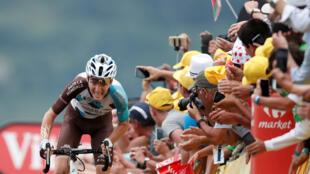 Le Français Romain Bardet sur le sprint final avant de remporter la 12ème étape du Tour de France 2017.
