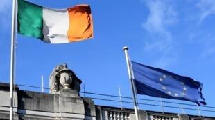 愛爾蘭國旗(左)與歐盟旗幟(右) Le drapeau irlandais flotte aux côtés de celui de l'Union européenne.