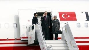 O presidente turco Recep Tayyip Erdogan e sua mulher, Emine, acenam do avião presidencial durante viagem à Ásia