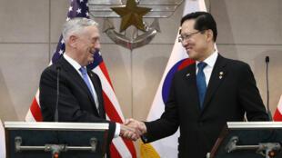 Bộ trưởng Quốc Phòng Mỹ, James Mattis (T) bắt tay đồng nhiệm Hàn Quốc, Song Young-moo, nhân chuyến thăm Seoul ngày 28/06/2018.