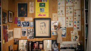 Imagens e fotografias num estúdio, onde são projectadas colecções no Museu Yves Saint Laurent, em Paris