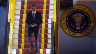 Presidente Barack Obama desembarca no Aeroporto Internacional de Hanói em 22 de maio de 2016.