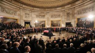 Linh cữu cố tổng thống George W. H. Bush tại tòa nhà Quốc hội Mỹ. Ảnh chụp ngày 03/12/2018.