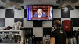 Une télévision retransmet une intervention d'Alexis Tsipras, à Athènes, le 1er juillet.